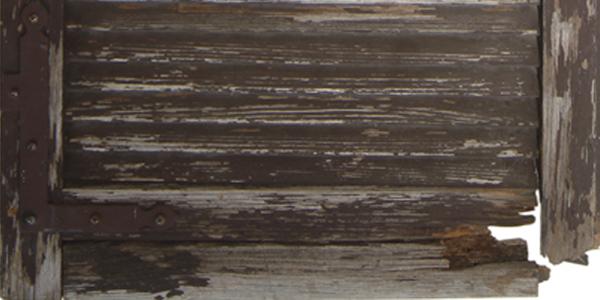 Ripristino infissi legno: nella foto un infisso deturpato